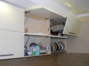 Повесить кухонные полки