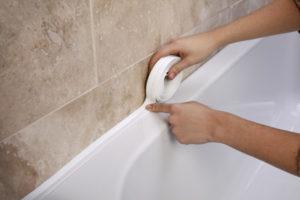 Заделать шов между ванной и стеной